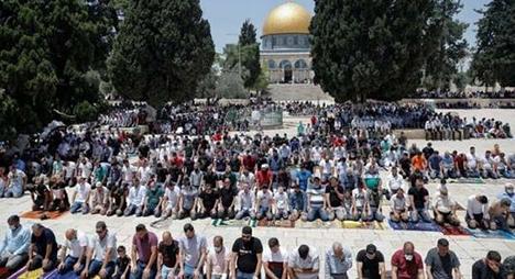 رغم منع الاحتلال الإسرائيلي.. 60 ألف فلسطيني يؤدون صلاة الجمعة بالمسجد الأقصى