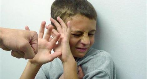 دراسة: ضرب الأطفال يسبب عقدا نفسية لهم