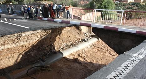 الفيضانات تجرف جزءا من قنطرة زاكموزن بتالوين