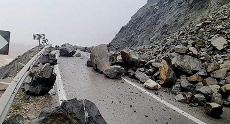 انقطاع الطريق الوطنية الرابطة بين تطوان والحسيمة بفعل انهيارات صخرية