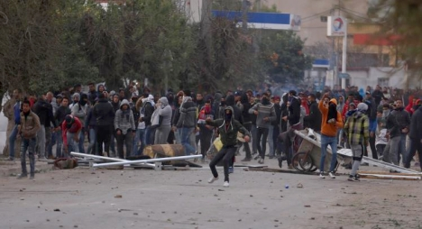 تراجع وتيرة الاحتجاجات في تونس وتزايد المعتقلين إلى حوالي 800