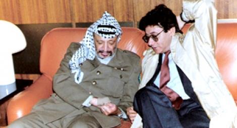 محمود درويش مودعا ياسر عرفات