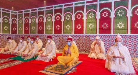 أمير المؤمنين صاحب الجلالة يؤدي صلاة عيد الفطر المبارك