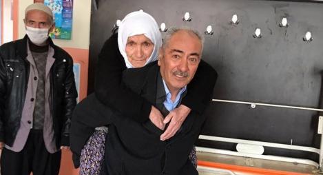 طريف..مواطن تركي يحمل والدته على ظهره للمشاركة في الاستفتاء